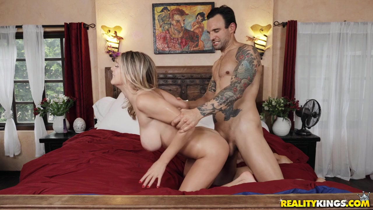 Boyfriend with tattooed hands fucks his babe on the bed